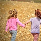 Imagen de archivo de dos niñas