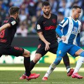 Raúl de Tomás intenta controlar el balón ante la defensa de Saúl y Felipe.