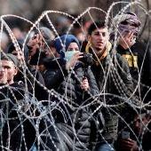 Miles de refugiados sirios se agolpan en la frontera turco-griega entre agresiones de policías y grupos ultraderechistas