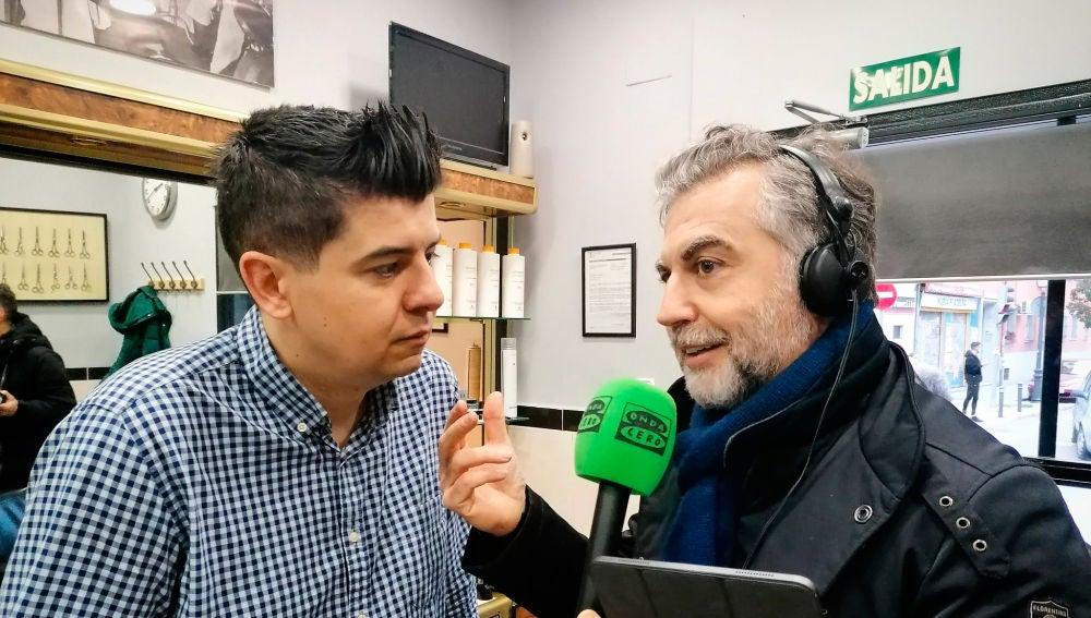 Carlos Alsina hablando con el peluquero que le rapó el pelo a los niños en solidaridad con sus compañeros