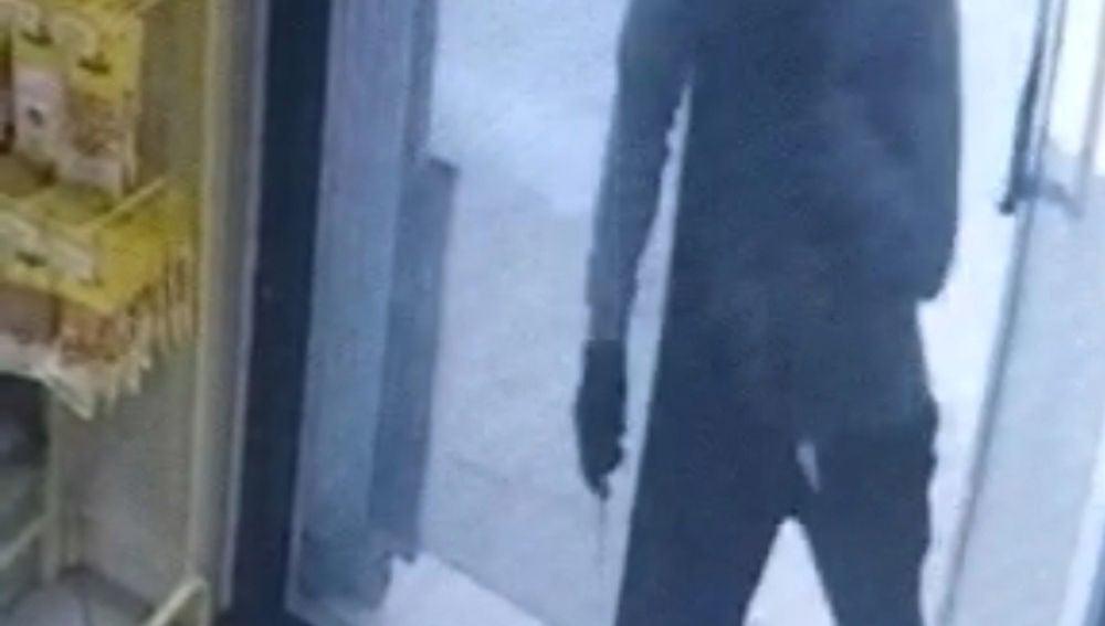 Uno de los detenidos perpetrando un robo
