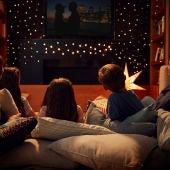 Familia viendo una película