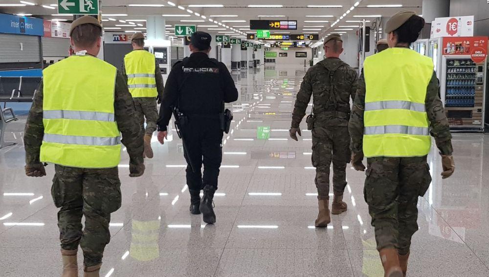 Una patrulla de militares y Policía vigila el aeropuerto de Palma.