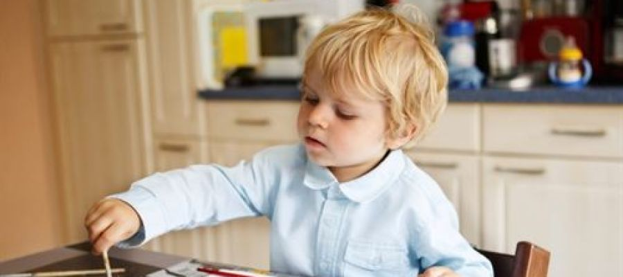 Niño jugando en su casa