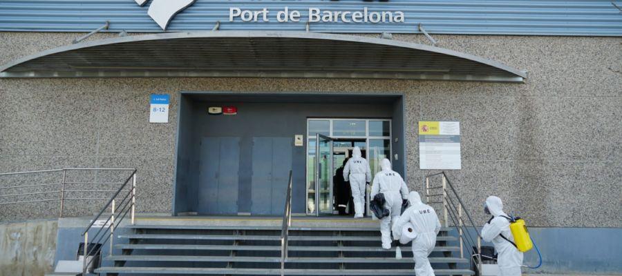 Efectivos de la UME entran en el puerto de Barcelona para desinfectarlo