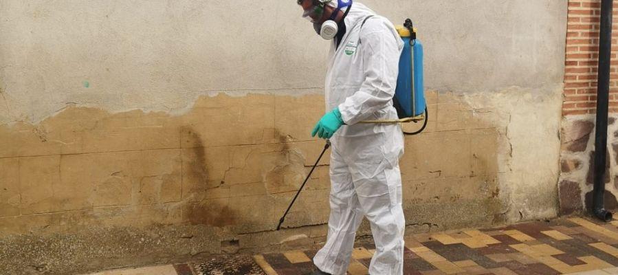 Fuentes de Nava desinfecta las calles tras el positivo por coronavirus de uno de sus vecinos