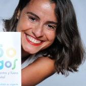 """La periodista y escritora, Lary León, con su libro """"Más de 150 juegos para divertirse dentro y fuera del hospital"""""""