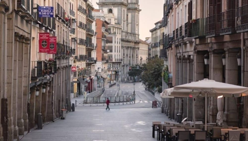 Terrazas vacías en una calle del centro de Madrid.