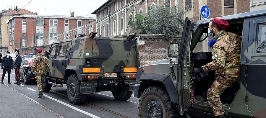 La Policía y el Ejército italiano controlan que la población cumpla con el confinamiento para frenar el COVID-19.