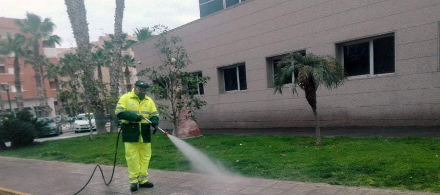 Trabajador de Urbaser desinfectando una calle en Novelda.