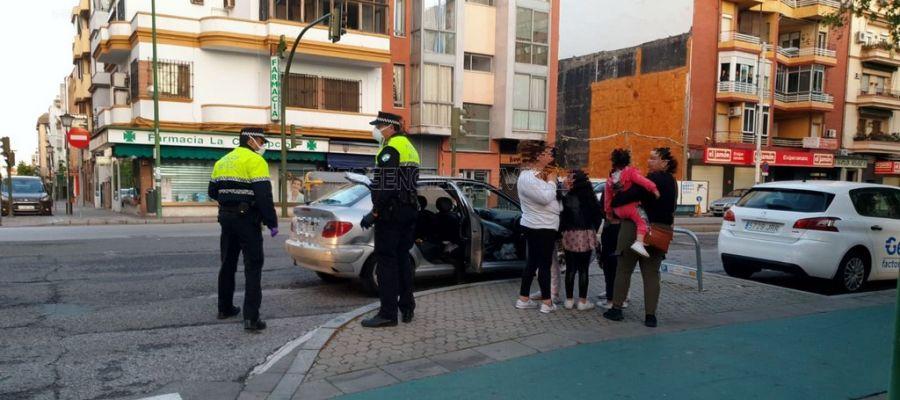 La Policía detiene un vehículo en el que viajaban ocho personas.