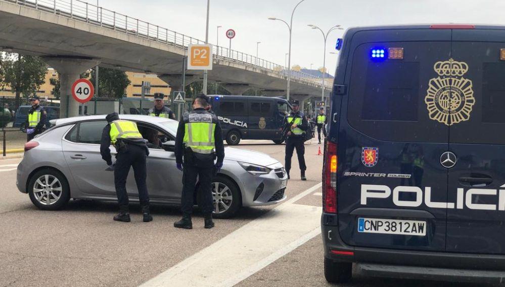 Policía Local de Sevilla inspeccionando vehículos