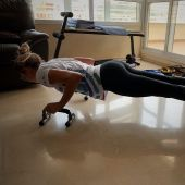 La nadadora Paula Ruiz entrenándose en casa