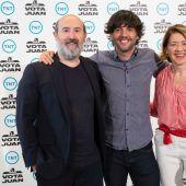 El guionista Diego San José, entre los actores María Pujalte y Javier Cámara, en la presentación de 'Vota Juan'