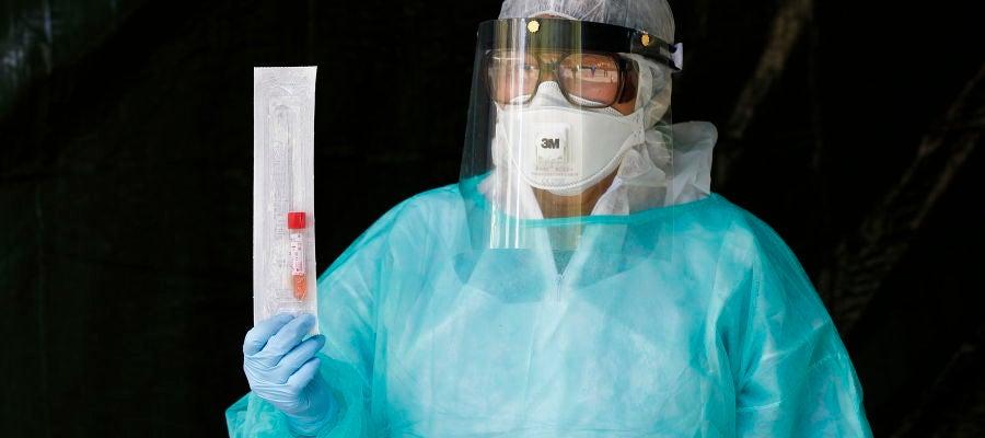 Un profesional sanitario sostiene una muestra de un paciente
