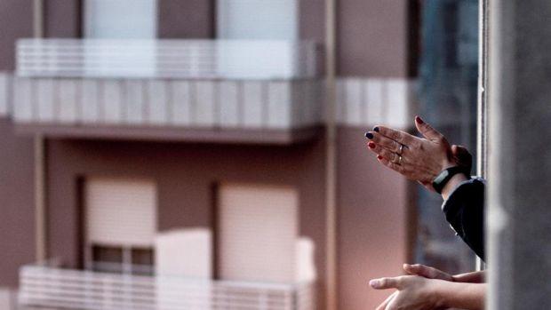 Convocan para las 18 horas un aplauso a todos los niños de España en los balcones
