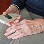 Imagen de archivo de una persona mayor usando un teléfono.