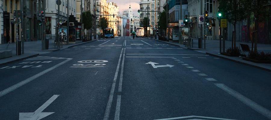Vista de la Gran Vía de Madrid, vacía