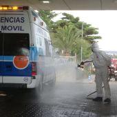 Desinfección de una ambulancia en el Área de Urgencias del Hospital Torrecárdenas