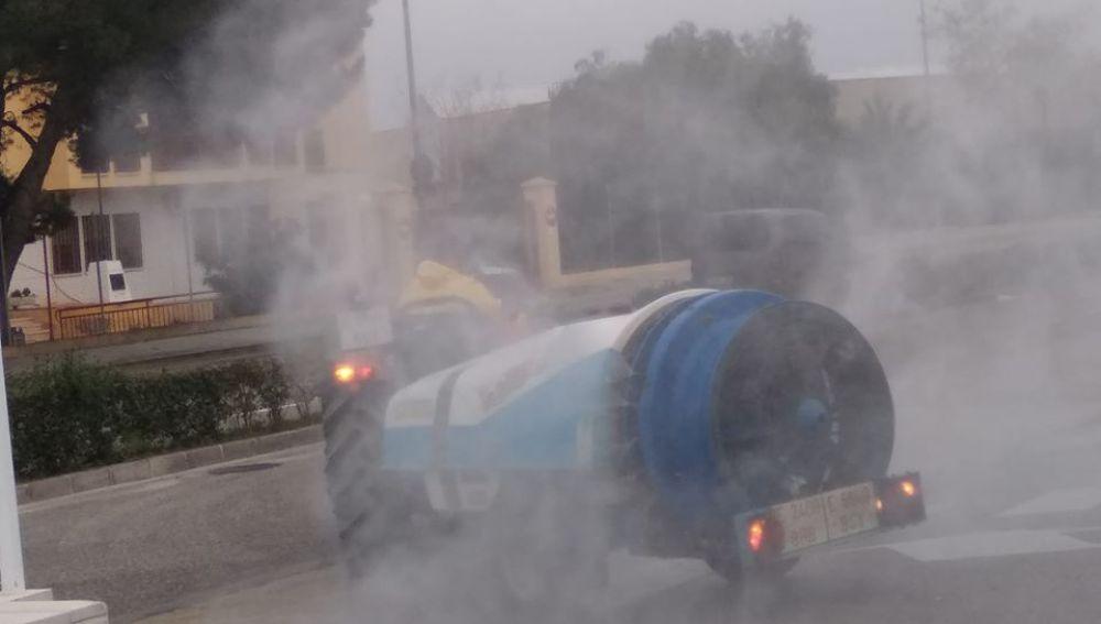 Un tractor en Aspe fumigando contra el coronavirus.