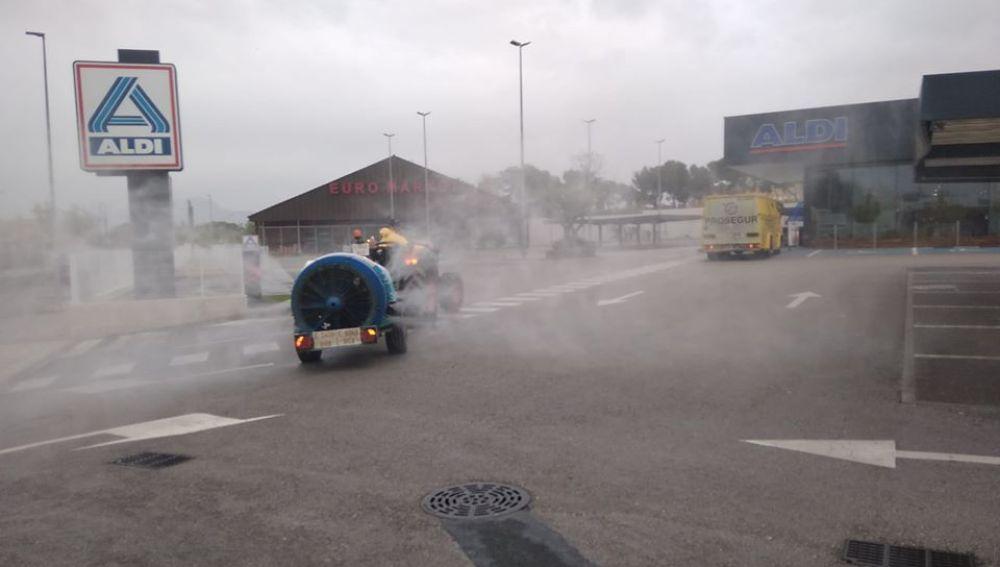 Un tractor fumiga contra el coronavirus en Aspe.
