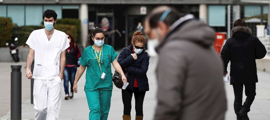 Imagen de archivo de personal sanitario frente a un hospital