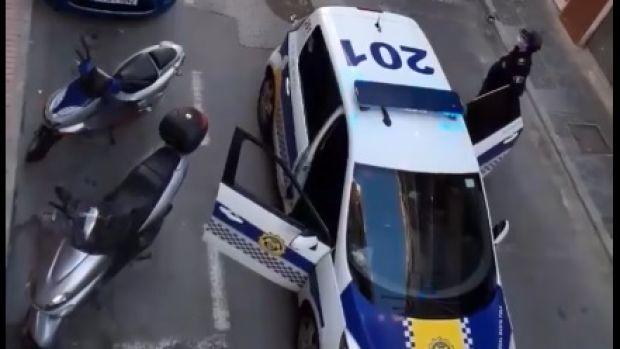 La Policía Local de Santa Pola felicita el cumpleaños en plena crisis del cornavirus,