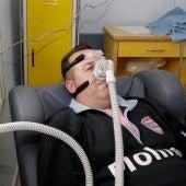 Un paciente que padece apnea del sueño, durante una prueba con el CPAP