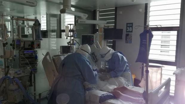 Dos facultativos atienden a un paciente de la UCI en un Hospital de Baleares.