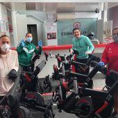 Ivet Musons, Ana Martínez, Víctor Soria y Susi Sánchez, en la entrega de material deportivo en Cosmopolitan Wellness Club de Elche.