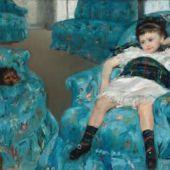 Niñita en un salón azul.