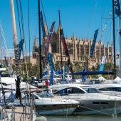 Algunos barcos en el Paseo Marítimo de Palma, frente a la Catedral.