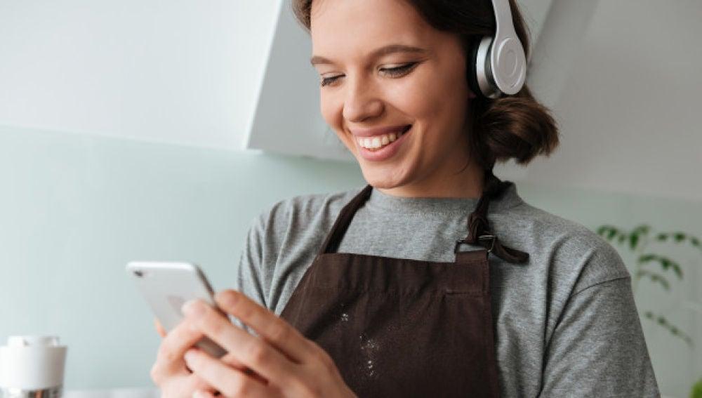 Retrato de una joven escuchando música con auriculares