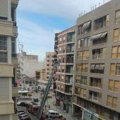 Intervención de los bomberos en la calle Captián Antonio Mena de Elche.