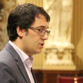 El Conseller de modelo económico, turismo y trabajo Iago Negueruela, durante su intervención en el Parlament balear.