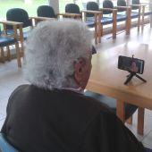 Abuela malagueña centenaria en una videollamada