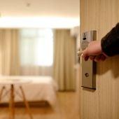Una persona entra en una habitación de hotel
