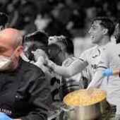 El Cocinero del Villarreal, Asier Manzano junto a compañeros en las cocinas del club.