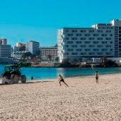 Un tractor participa en las labores de limpieza de una playa de Mallorca