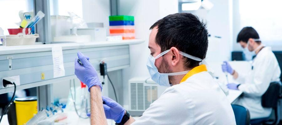 Trabajadores del Instituto de Investigación Hospital Universitario La Paz durante sus investigaciones sobre el coronavirus