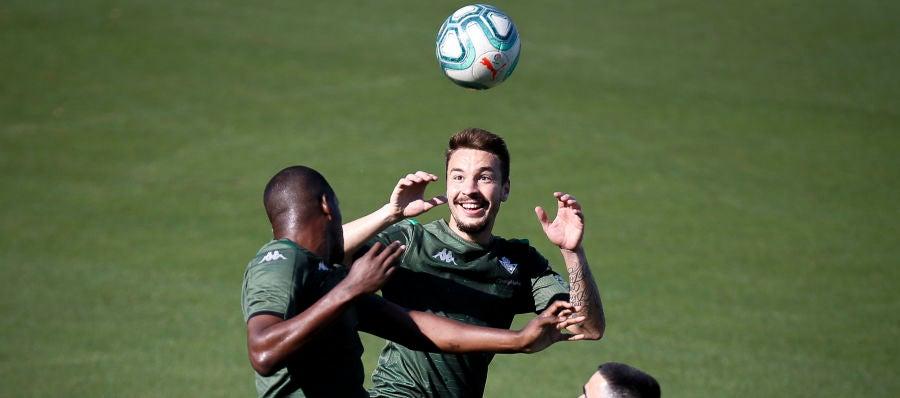 Loren salta por un balón en un entrenamiento del Betis.