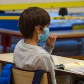 Un niño porta mascarilla en el centro escolar