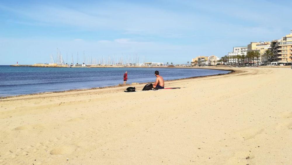 Dos ciudadanos disfrutan de la playa de Palma en el primer día de la fase 2, que permite el baño y el uso recreativo de las playas.