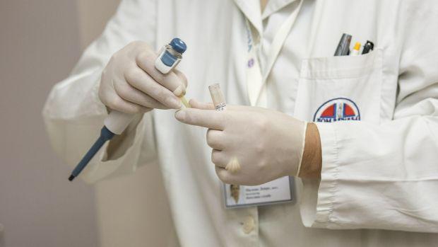 Los médicos alertan de que sin personal la barrera contra la COVID será a costa de su cansancio