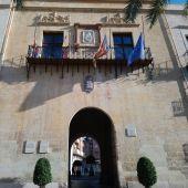 Banderas a media asta en el Ayuntamiento de Elche en duelo por los fallecidos por el coronavirus.