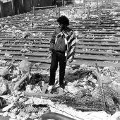 Un aficionado observa cómo quedaron las gradas del estadio de Heysel, Bélgica, tras la tragedia en la final de la Copa de Europa entre la Juventus de Turín y el Liverpool el 29 de Mayo de 1985.