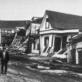Daño producido por un terremoto a casas de madera de buena calidad en Valdivia, Chile, 1960.