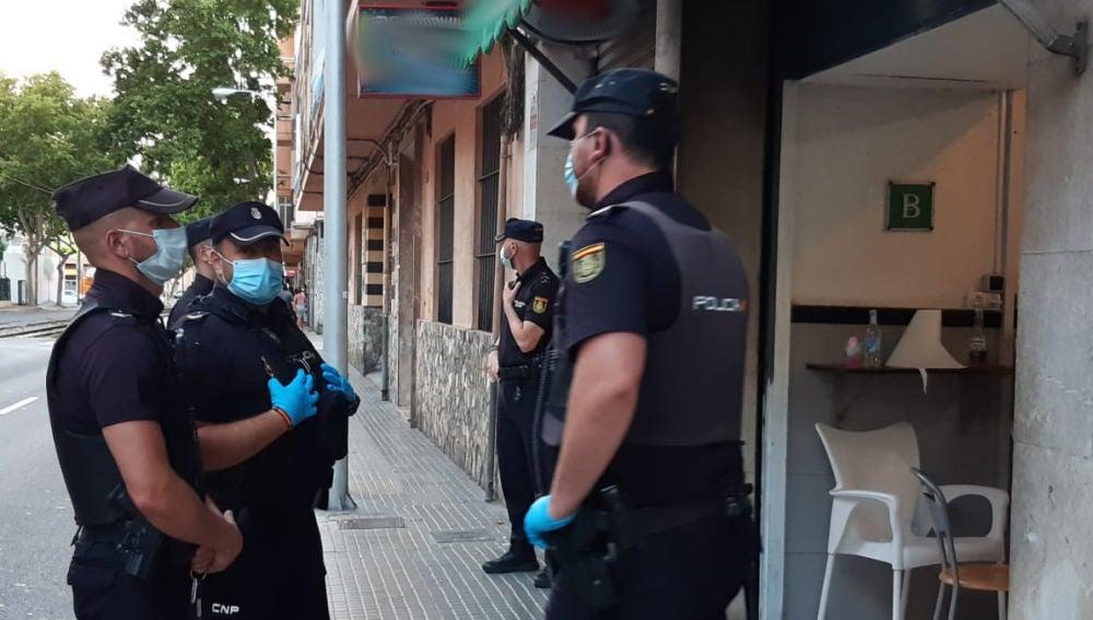 Varios de los agentes de la Policía nacional que han levantado acta en un bar de Palma por sobrepasar aforo y no mantener medidas sociosanitarias.