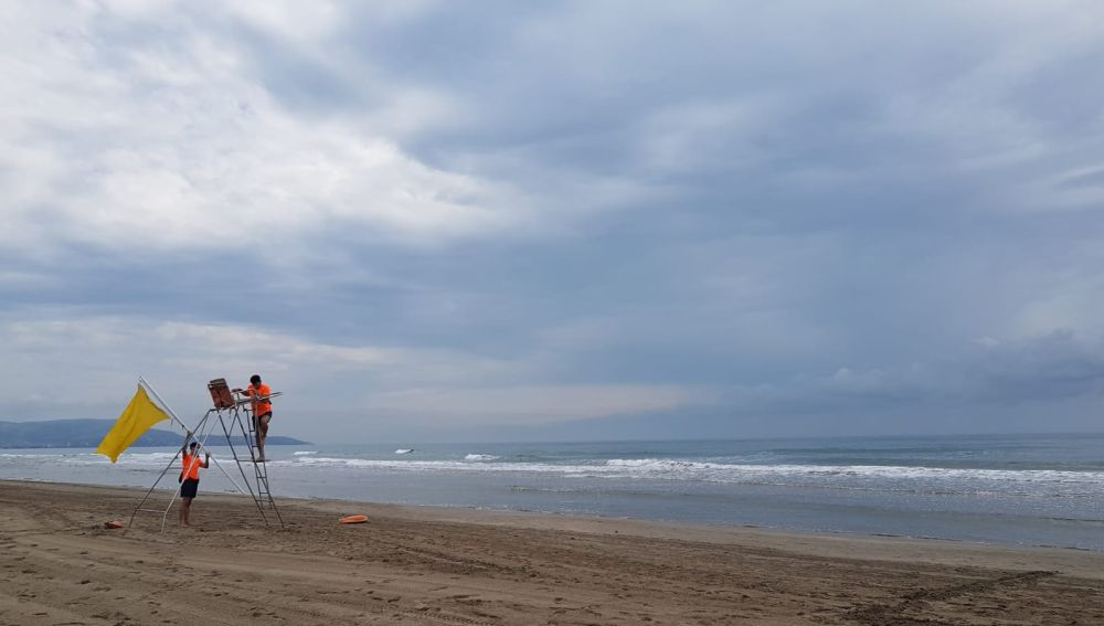 socorristas en la playa de Castellón