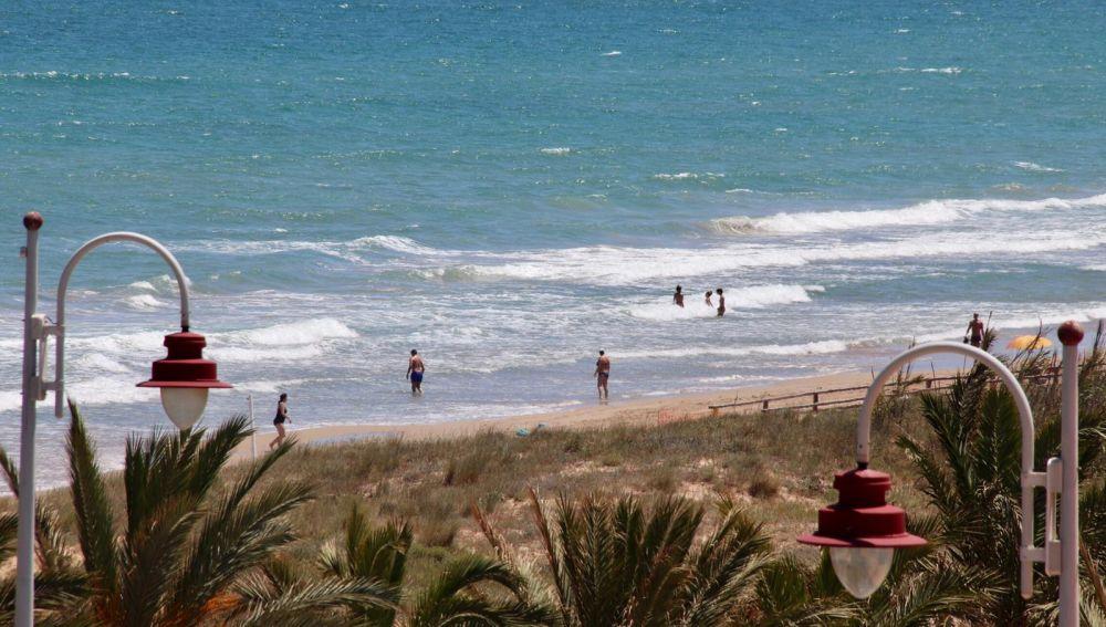 Primeros bañistas en la desescalada en las playas de Elche.